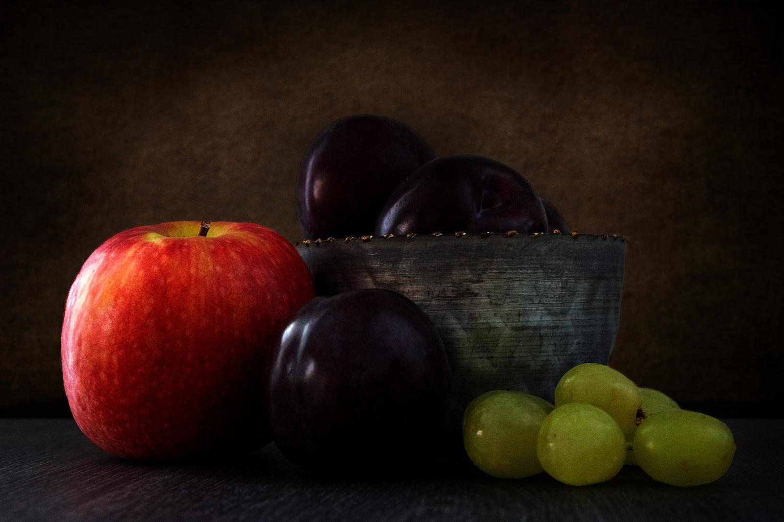 Stilleben Apfel, Pflaumen, Weintrauben